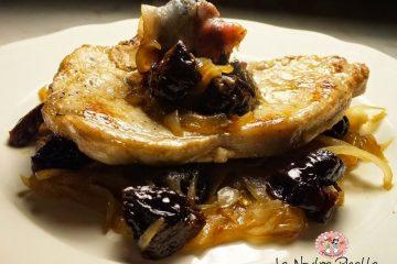 bistecchina di maiale con cipolle caramellate e prugne